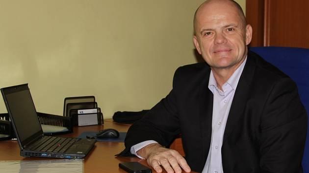 Adolf Beznoska ve své poslanecké kanceláři