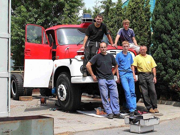 PĚTICE statečných mužů v montérkách, kteří volný čas věnují vdechnutí nového života hasičské Tatře 148.