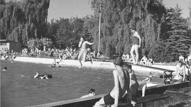 Koupaliště v roce 1959. Dobrovický areál je umně zasazen do okolní přírody a disponuje velkým prostorem pro klidný odpočinek.