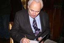 Archeolog Karel Sklenáš podepisuje svou knihu