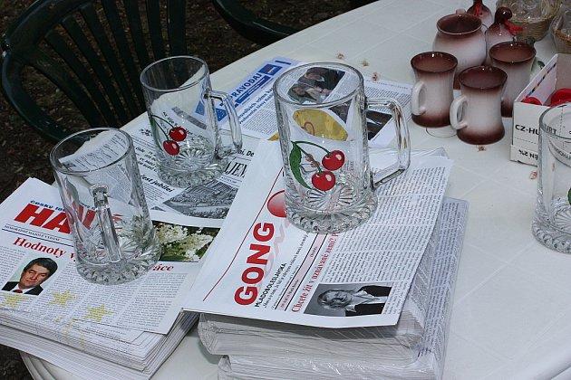 Komunisté dostali dárečky - tiskoviny, hrnky a půllitry.