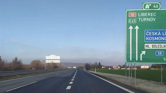 Tři pruhy dálnice D10 u Mladé Boleslavi.