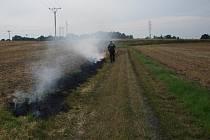 Strážníci z Bakova při hašení požáru