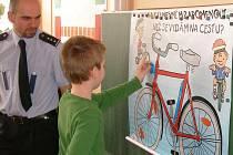 Policisté z preventivně informační skupiny u dětí na základní škole.