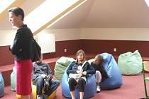 V jedné ze tříd jsou kromě židlí i tvarovací vaky
