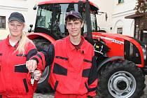 Studenti a učitelé SOU v Horkách nad Jizerou převzali nový traktor. Bude sloužit k výuce zemědělců.