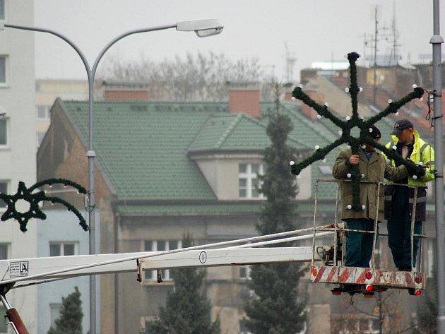 Instalace vánoční výzdoby v Mladé Boleslavi. Tu pro město rovněž zajišťuje firma Osvit servis