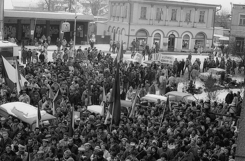 Generální stávka 27. 11. 1989 na Masarykově náměstí v Mnichově Hradišti