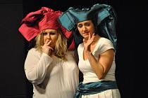 Klára Pabištová a Kateřina Límanová ve stylizované inscenaci Candide aneb Optimismus?