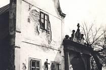 Dřívější umístění kříže u stěny bývalého chudobince odkrývají fotografie.