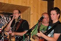 Také kapelník Honza Melichar se chopil mikrofonu. Na snímku s baskytaristou Pavlem Polmanem a kytaristou a zpěvákem Honzou Huškem.