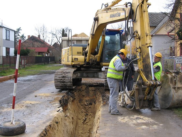 Budování kanalizace postupují podle harmonogramu. Problémem je ale tvrdá skála v lokalitě Na Výsluní.