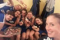 Basketbalistky oslavily výhru konzumací chlebíčků.