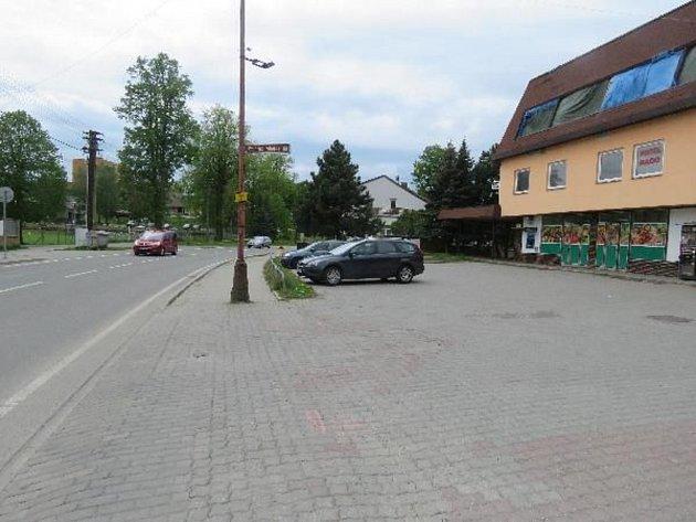 Deset tisíc korun. Škodu vtéto výši způsobil neznámý řidič na jedovnickém Havlíčkově náměstí. Poškodil tam zaparkované auto značky Ford Focus.