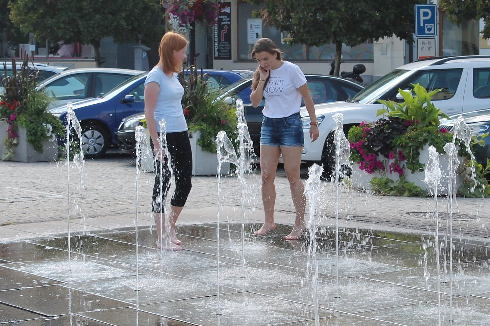 K osvěžení využívají lidé v Mladé Boleslavi fontánu na náměstí.