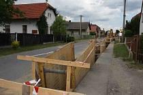 Kvůli výstavbě kanalizace musela být zavřena i silnice. Obyvatele omezí stavba jen částečně.