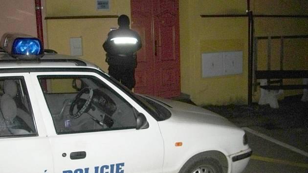Ženu, která si zapomněla vzít prášky, doprovodili strážníci na její pokoj.