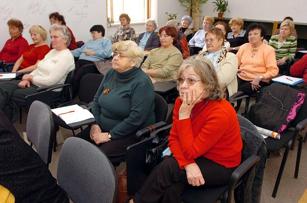 Senioři se na přednáškách dozví o zdravém životním stylu.