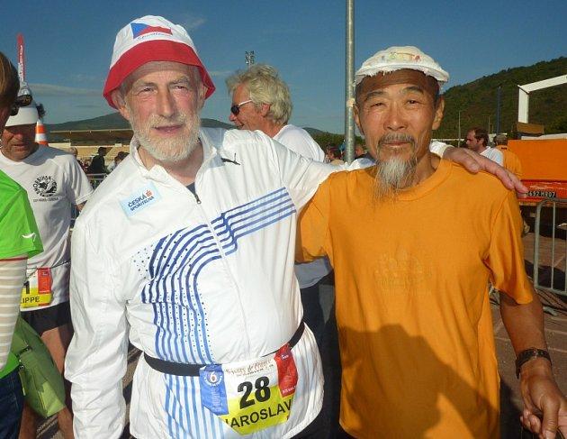 Jaroslav Prückner na fotce s nejstarším účastníkem závodu Japoncem Ohmorim, kterému je 74 let
