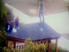 Šílený seskok na kole ze střechy skončil zraněním