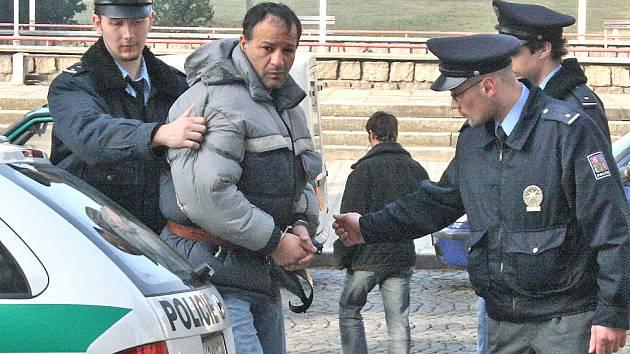 Vraha Mariana Rafaela přiváží policie k soudu.