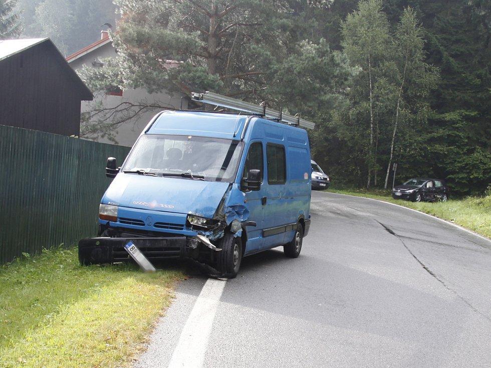Nehoda dodávky a osobního auta mezi Bakovem a Bělou