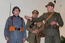Vernisáž výstavy doprovodila ukázka výzbroje, výstroje a stejnokrojů československých legionářů.