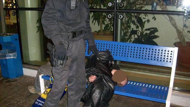 Bezdomovce, který ležel u Olympia centra, musela odvézt záchranná služba.