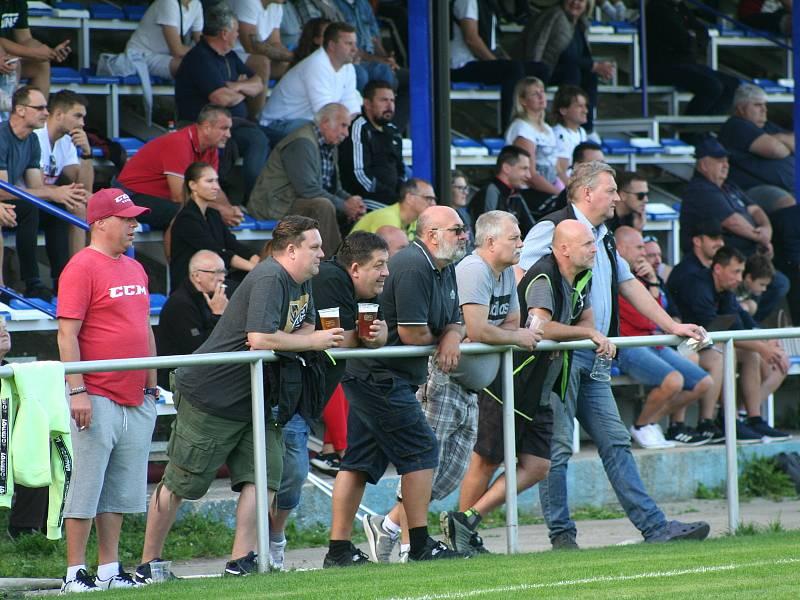 Fotbalisté Horek (v modrém) porazili v divizním derby sousedy z Benátek 1:0.