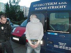 Muže, který vykrádal auta, zadržela městská policie