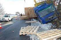 Nehoda dvou kamionů na silnici mezi Kněžmostem a Dobrou Vodou.