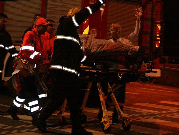 Převoz zraněného motorkáře do nemocnice