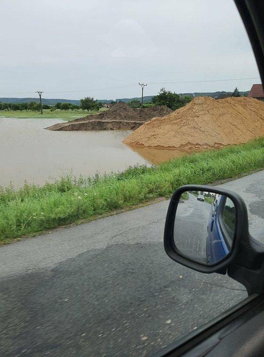 Pole u Kolomut je pod vodou.