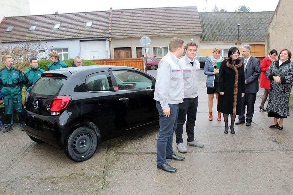 Nový Citroen předal ředitelce a studentům zástupce kolínské automobilky.