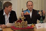 Kastelán Karlštejna Jaromír Kubů se loni těšil, že kopii svatováclavské koruny českých králů, kterou si návštěvníci hradu mohou prohlédnout nyní, doplní i replika koruny říšských císařů. Tedy právě té koruny, kvůli jejímuž uložení nechal Karel IV. Karlšte