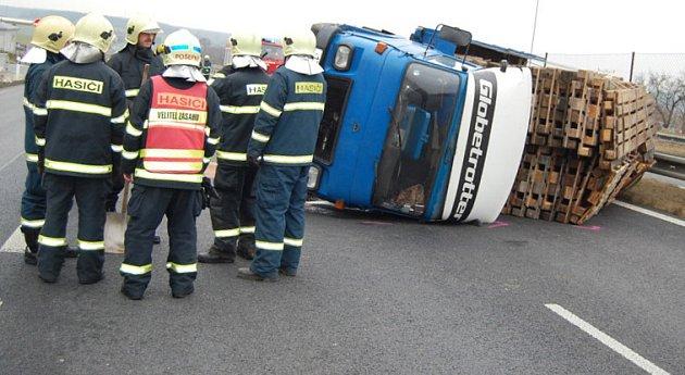 Při čtvrteční nehodě na silnici R10 se zranili tři lidé včetně dítěte.