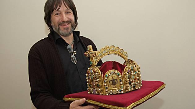 Repliku císařské koruny vyrábí umělecký šperkař Jiří Urban. Objednávku Středočeského kraje přijal nejen jako životní nabídku, která se neopakuje, ale také jako výzvu vyzkoušet si řemeslné postupy používané v době románské.