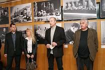Pavel Taussig zachycen na vernisáži výstavy fotografií z tvorby Karla Zemana.