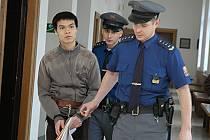 Vientamci Vu a Khuat se před soudem zpovídají z loňské vraždy na Mladoboleslavsku. Zatímco prvního přivedla eskorta z vazby, druhý je na svobodě. Nyní prý bydlí u tety a pomáhá prodávat vietnamské zboží.