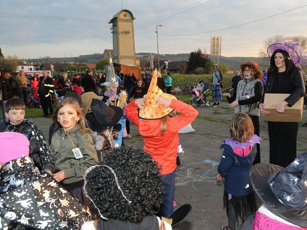 Rej čarodějnic se v neděli prohnal také obcí Kolomuty.