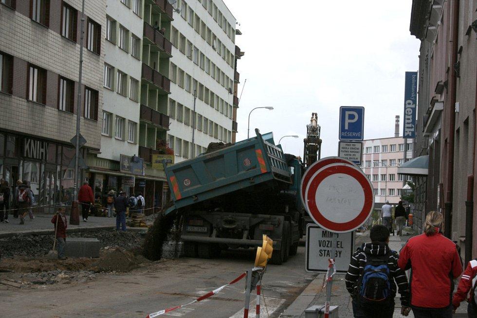 Ještě v pátek 26. září, tedy deset hodin po druhém termínu, byly v ulici 9. května v centru Mladé Boleslavi uzávěry se zákazem vjezdu. Kdo si tedy vsadil, že uzávěra neskončí včas, vyhrál.