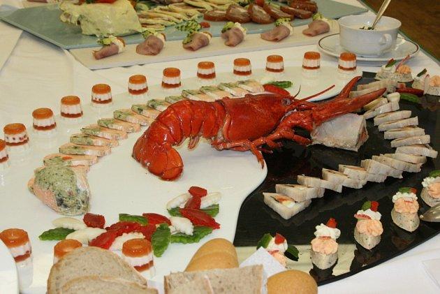 Studenti v Horkách ukončili kurz studené kuchyně velkolepým rautem. Dobrot bylo požehnaně!