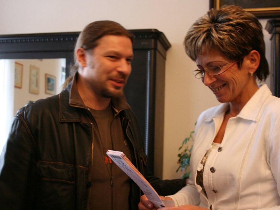 Petr Kolář rozdával na radnici lístky na svůj koncert