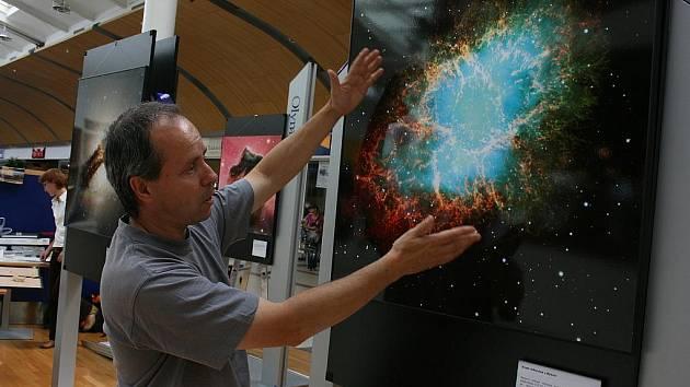 Pavel Suchan z Astronomického ústavu Akademie věd ČR a z České astronomické společnosti při instalaci výstavy v Olympii.