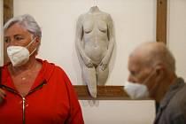 Výstava sochařky Josefíny Duškové začala slavnostní vernisáží v mladoboleslavské galerii Pod věží ve čtvrtek 8. července.