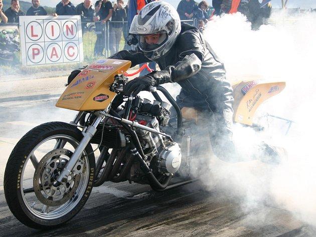 Při startu dragsterů se někdy pěkně kouří.