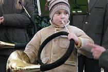 Nejmladší trubač Jan Tonika se nedal zahambit a odtroubil celou loveckou přestávku.