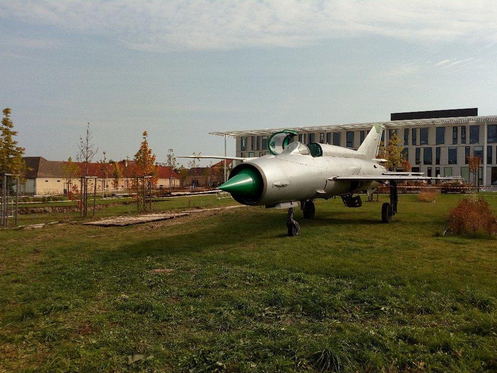 S hodně netradičním projektem přišel britský umělec Roger Hiorns. Rozhodl se v Dolních Břežanech u Prahy pohřbít legendární stíhačku MiG 21.
