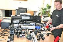 Šéf městské policie Tomáš Kypta ukazuje špičkovou fotografickou techniku v hodnotě kolem 780 tisíc korun nalezenou v kanceláři bývalého ředitele Jaromíra Pumra.
