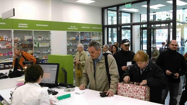 PRVNÍ návštěvníci, kteří si přišli koupit léky do nové lékárny, kterou Klaudiánova nemocnice otevřela včera.